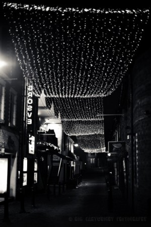 ashton-lane-glasgow-at-night-bw-street-photography